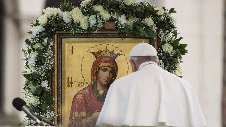Le Pape François en prière devant une icône de la Vierge Marie