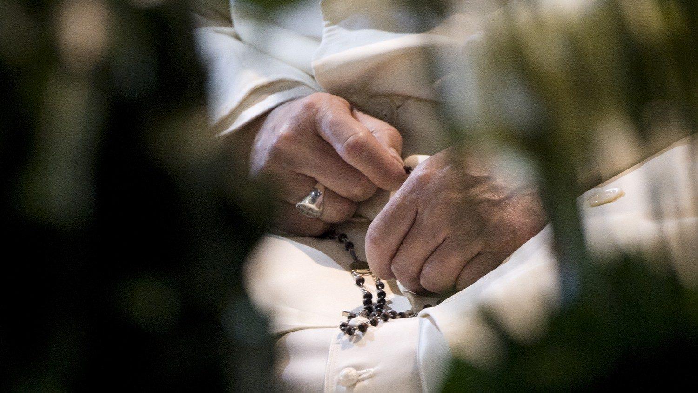 Le Pape priant le chapelet
