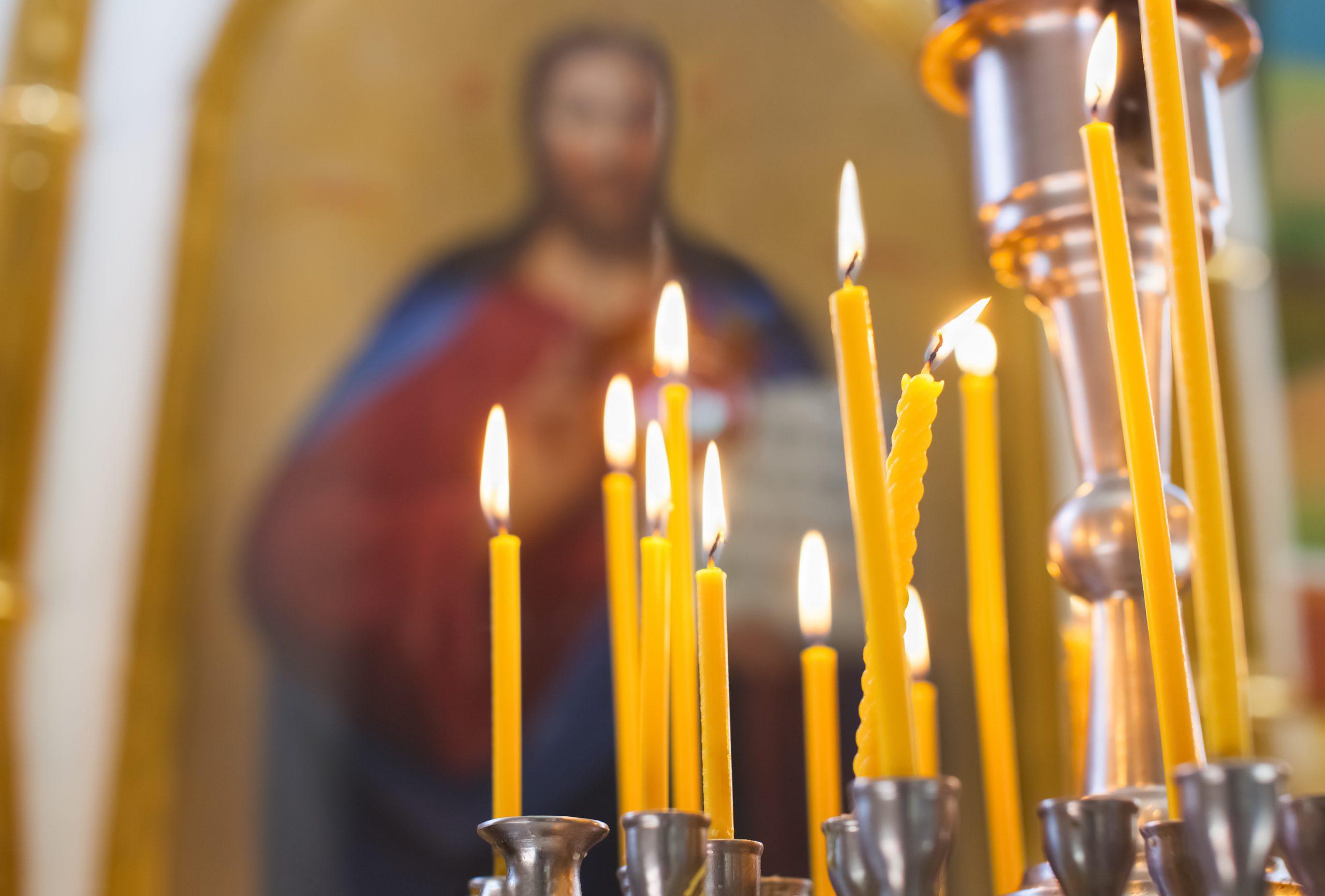 Cierges dans une église orthodoxe